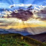 Coucher de soleil coloré sur la montagne
