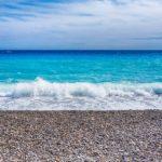Plage de galets avec mer turquoise