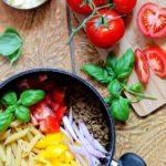 Préparation plat italien pâtes tomate basilic